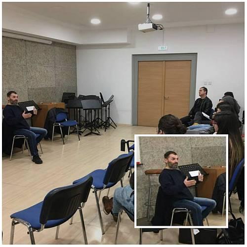 Ο Γιώργος Χατζόπουλος διδάσκει στους μαθητές του
